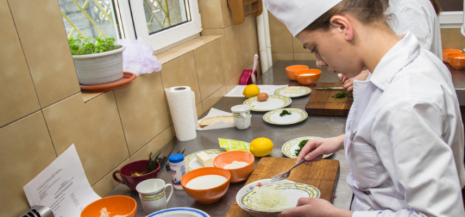 Presată de cererea din piață, AJOFM Bistrița se apucă să livreze bucătari și ospătari