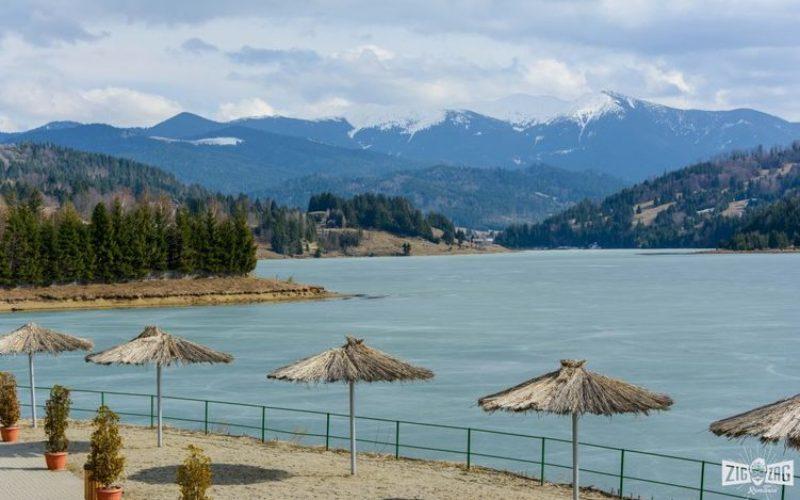 Apele Române scot la licitație suprafețe pe lacul Colibița destinate construcțiilor plutitoare de agrement
