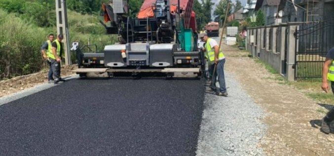 Se caută o firmă care să asfalteze ultimele străzi de piatră și pământ în Căianu Mic