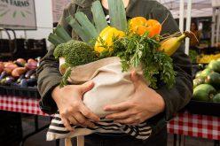 Cumpărături și masă caldă pentru zeci de bătrâni din Bistrița pe perioada stării de urgență