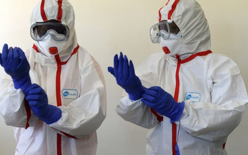 Două firme bistrițene s-au reorientat și produc zeci de mii de combinezoane medicale
