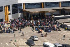 1.800 de persoane au ieșit buluc din izolare și au năvălit azi pe aeroportul din Cluj