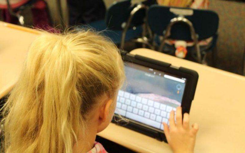 Finalul anului școlar se apropie însă de tabletele elevilor nu se știe încă nimic