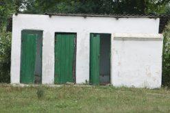 Sute de școli din țară scapă de wc-urile din curte. Guvernul dă bani pentru toalete în școli