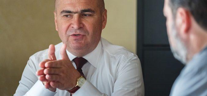 """Bolojan taie cu 50% numărul angajaților din Consiliul Județean Bihor: """"Nu aveau obiectul muncii!"""""""