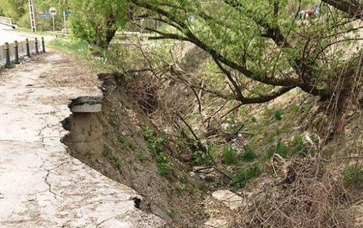 Consolidarea drumului surpat de pe Valea Jelnei revine pe masa consilierilor locali